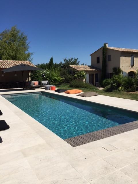 Photographie d'une piscine carrelée. Planète Eau Piscines, Construction, Rénovation, Entretien. Artisan pisciniste sur Aix en Provence et ses alentours.