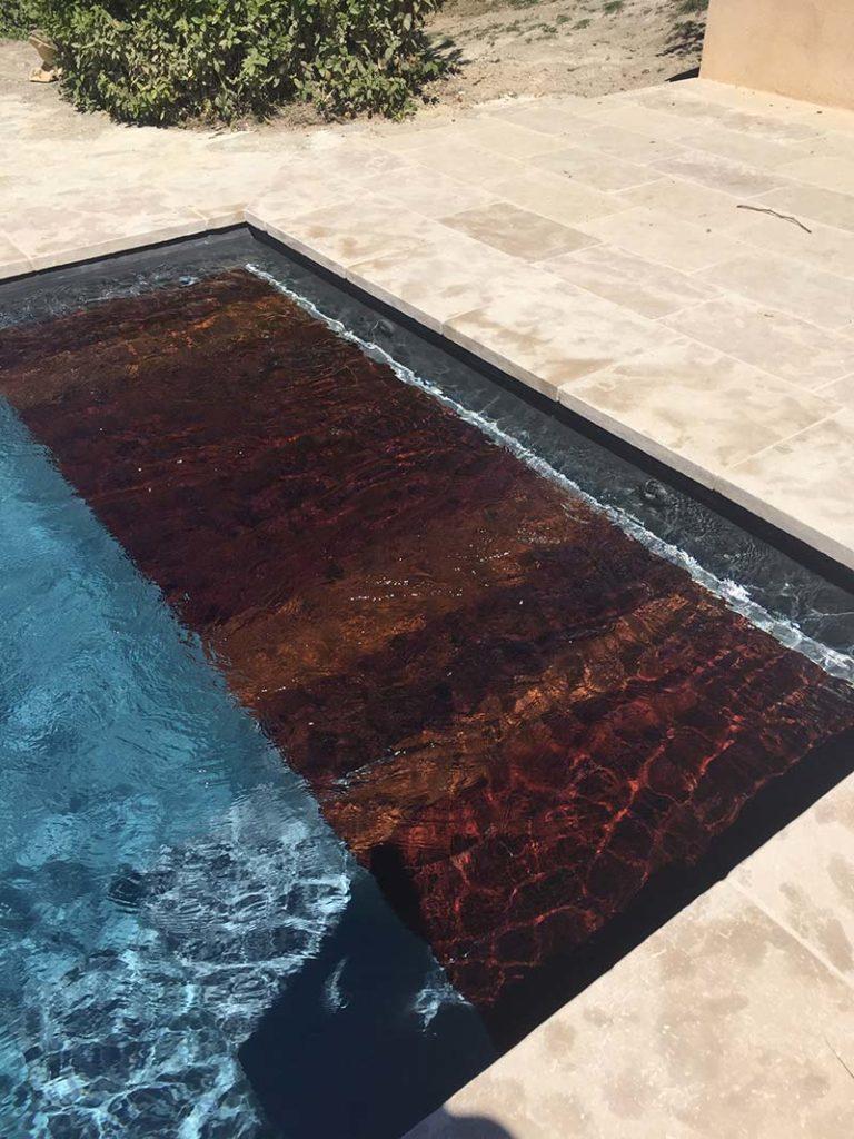 Gros plan d'une couverture automatique de piscine. Planète Eau Piscines, Construction, Rénovation, Entretien. Artisan pisciniste sur Aix en Provence et ses alentours.