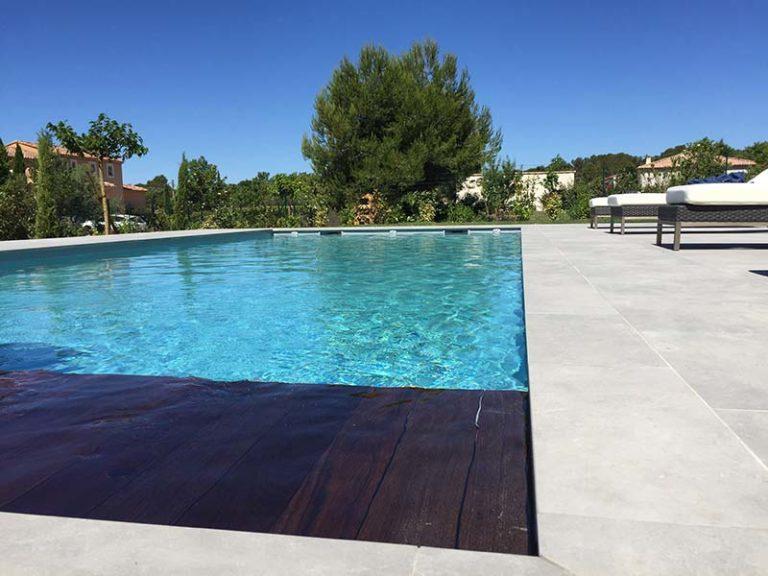 Photographie d'une couverture automatique de piscine. Planète Eau Piscines, Construction, Rénovation, Entretien. Artisan pisciniste sur Aix en Provence et ses alentours.