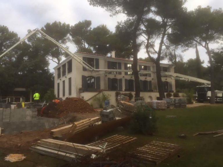 Photographie d'un chantier pour la rénovation d'une piscine. Planète Eau Piscines, Construction, Rénovation, Entretien. Artisan pisciniste sur Aix en Provence et ses alentours.