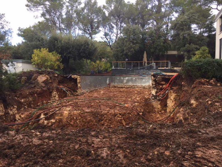 Photographie d'un terre creusée dans chantier pour la rénovation d'une piscine. Planète Eau Piscines, Construction, Rénovation, Entretien. Artisan pisciniste sur Aix en Provence et ses alentours.