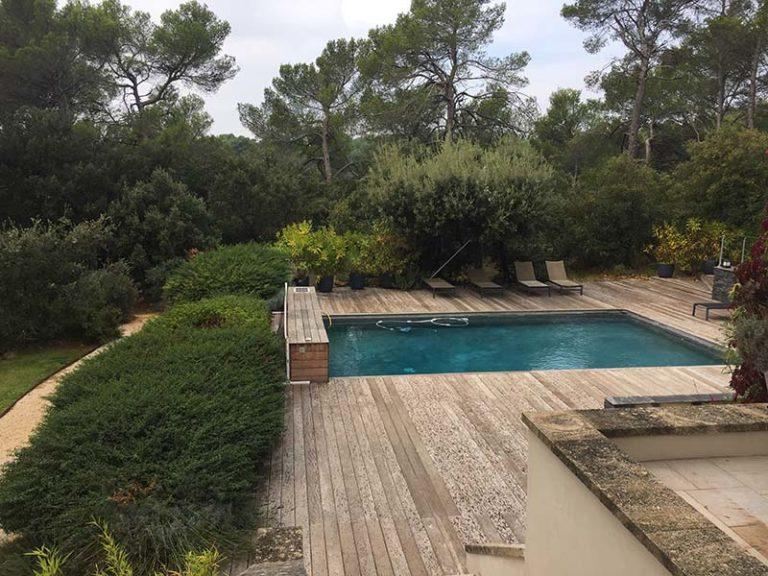 Photographie d'un piscine usée, prête à être rénovée. Planète Eau Piscines, Construction, Rénovation, Entretien. Artisan pisciniste sur Aix en Provence et ses alentours.