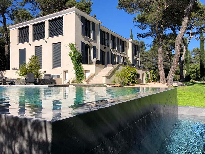 Photographie d'une piscine à débordement. Photographie d'une rénovation d'une piscine vestute. Planète Eau Piscines, Construction, Rénovation, Entretien. Artisan pisciniste sur Aix en Provence et ses alentours.