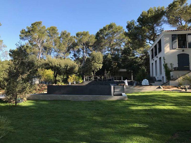 Photographie au loin d'une piscine à débordement. Planète Eau Piscines, Construction, Rénovation, Entretien. Artisan pisciniste sur Aix en Provence et ses alentours.