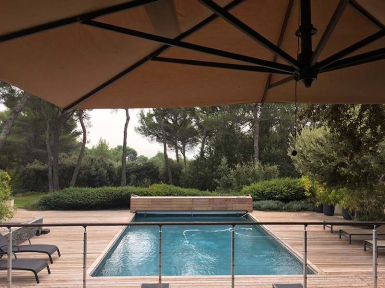 Photographie d'une piscine à débordement. Vue de la terasse. Planète Eau Piscines, Construction, Rénovation, Entretien. Artisan pisciniste sur Aix en Provence et ses alentours.