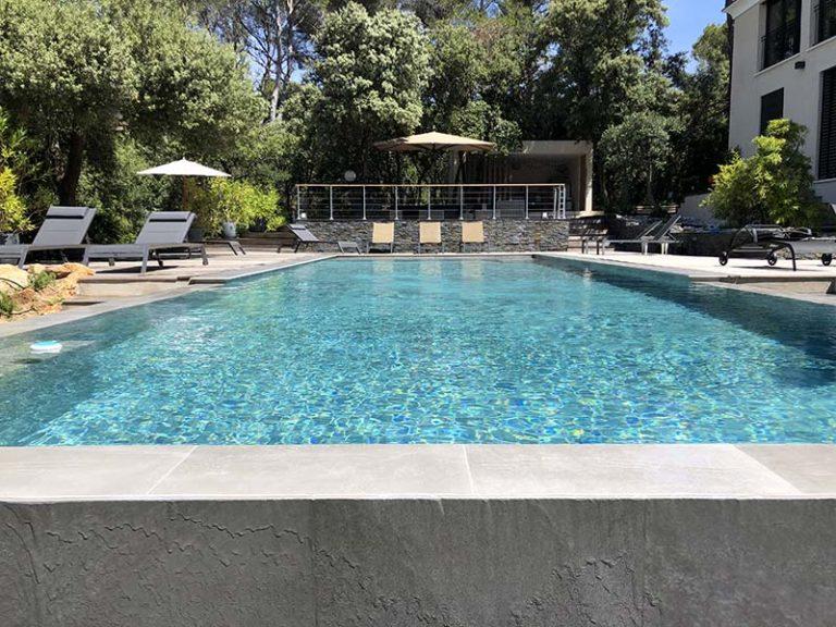 Photographie d'une piscine à débordement. Planète Eau Piscines, Construction, Rénovation, Entretien. Artisan pisciniste sur Aix en Provence et ses alentours.
