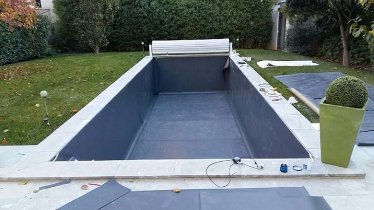 Photographie d'une piscine refaite au niveau de l'étanchéité. Planète Eau Piscines, Construction, Rénovation, Entretien. Artisan pisciniste sur Aix en Provence et ses alentours.