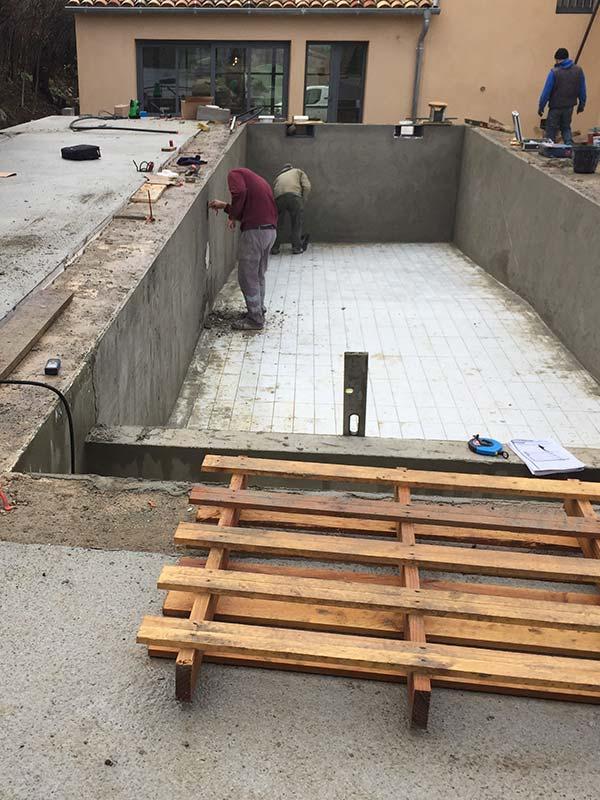 Photographie d'une rénovation d'une piscine vestute. Planète Eau Piscines, Construction, Rénovation, Entretien. Artisan pisciniste sur Aix en Provence et ses alentours.