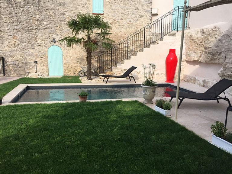 Résultat final d'une piscine construite. Planète Eau Piscines, Construction, Rénovation, Entretien. Artisan pisciniste sur Aix en Provence et ses alentours.