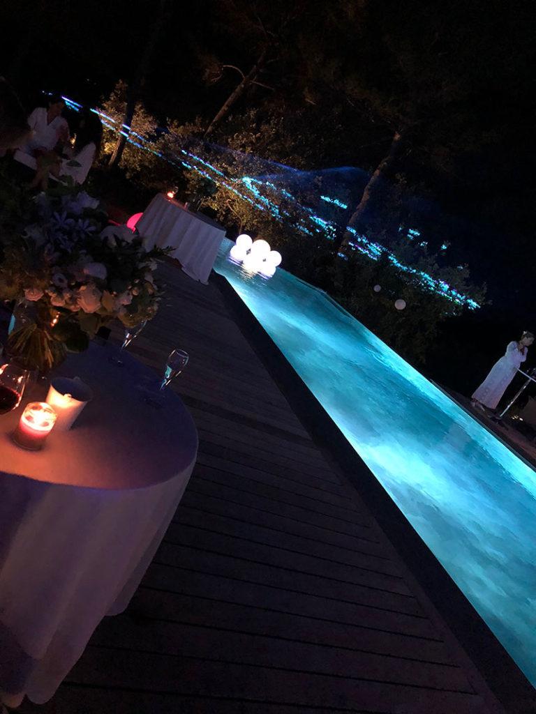 Réalisation de piscine (photographie de nuit). Planète Eau Piscines, Construction, Rénovation, Entretien. Artisan pisciniste sur Aix en Provence et ses alentours.